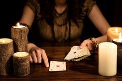 Psíquico femenino está diciendo el futuro con las tarjetas, tarot a del concepto Imagen de archivo