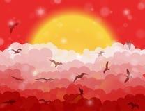 Pássaros de voo dos desenhos animados nas nuvens no sol e no fundo de brilho vermelho do céu Foto de Stock
