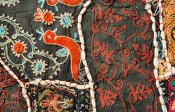 Pássaros míticos e testes padrões incomuns no tapete feito a mão dos retalhos indianos tradicionais Imagem de Stock Royalty Free