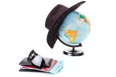 Pässe, Karten, Kugel als Ferienkonzept Sommerreisevorbereitung Feiertage, die Dokumente überprüfend und wählen Bestimmungsort PO Stockbilder