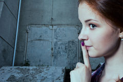 Psst - en härlig flicka med råttsvansar som gör en hyssja ner gest arkivbilder