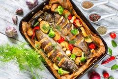 Pstrąg ryba piec z grulami, brokuły, cytryna, pomidory Obrazy Royalty Free