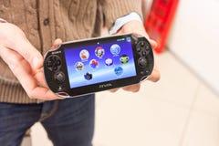 PSVita, Sony lançant sa console tenue dans la main neuve Photos stock