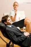 Psychiater die een mannelijke patiënt onderzoekt Royalty-vrije Stock Foto's