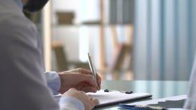 Psychiater die tekening tonen aan patiënt en diagnose, vaardigheidstest schrijven stock footage