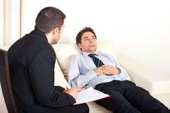 Psychiater met mannelijke patiënt Royalty-vrije Stock Fotografie