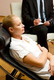 Psychiatre examinant un patient féminin Image libre de droits