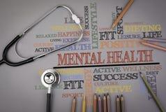 Psychische Gesundheiten Farbige Bleistifte und ein stetoscope auf dem Tisch Lizenzfreie Stockfotografie
