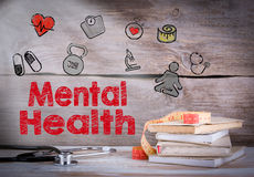 Psychische Gesundheiten Stapel von Büchern und von Stethoskop auf einem hölzernen Hintergrund Lizenzfreies Stockbild