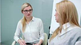 Psycholog attentively słucha klient kobiety opowiada jej problemy przy terapią zdjęcie wideo