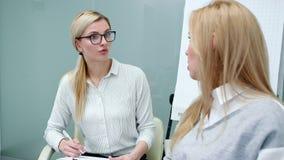 Psycholog attentively słucha klient kobiety opowiada jej problemy przy terapią zbiory wideo