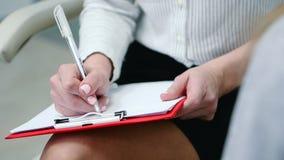 Psycholog prowadzi szacunkowego test ankieta z pacjentem i pisze rezultacie R?ki zako?czenie zbiory