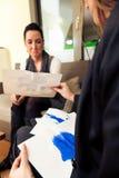 Psycholog robi Rorschach testowi Zdjęcie Royalty Free