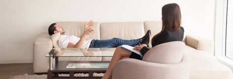 Psychologa biuro, męski pacjent opowiada o problemach fem Zdjęcie Royalty Free