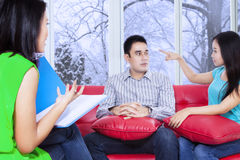 Psychologe, der den Patienten Lösungen gibt Stockbild