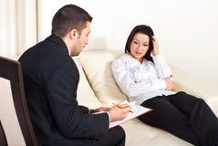 Psychologe, der der Frau Verordnung gibt Stockbilder