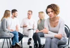 Psychologe, der mit Gruppe von Personen arbeitet Stockfoto