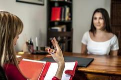 Psychologe und junges Mädchen Lizenzfreie Stockfotos