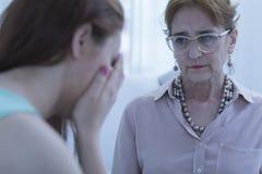 Psychologe und schreiender Patient Stockbild