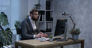 Psychologevideo, das an seinem Schreibtisch plaudert stock video