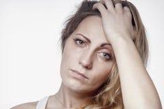 Psychologiczny portret smutna i przygnębiona kobieta Boli, strach i beznadziejność, język ciała, gesta pojęcie fotografia royalty free
