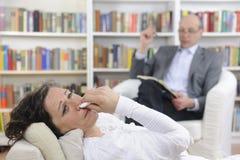 Psychologie: Psycholoog en patiënt stock afbeelding