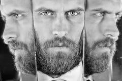 Psychologische problemen jonge mens met bezinning in spiegel, ernstige zekere hipster, zaken royalty-vrije stock foto