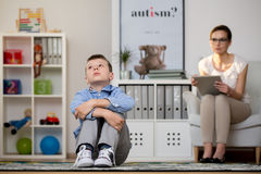 Psychologist talking with depressed boy Royalty Free Stock Photography
