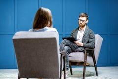 Psychologue écoutant la cliente de femme dans le bureau image libre de droits