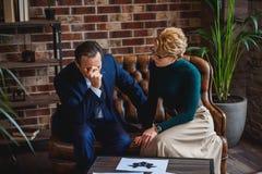 Psychologue attentif donnant l'appui à l'homme d'affaires désespéré Photo stock