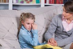 Psychologue d'enfant avec une petite fille photographie stock libre de droits