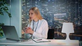 Psychologue féminin dans le manteau blanc faisant la consultation visuelle en ligne avec le patient sur l'ordinateur banque de vidéos