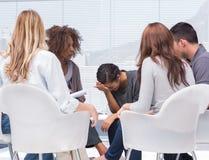 Psychologue prenant des notes tandis que pleurer de femme Image stock