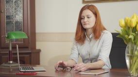 Psychologue roux mignon de femme s'asseyant à la table attendant un patient dans le bureau Sant? mentale clips vidéos