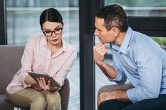 Psycholoog die met zakenman spreken royalty-vrije stock foto
