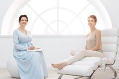 Psycholoog die zitting met haar patiënt in bureau hebben royalty-vrije stock foto