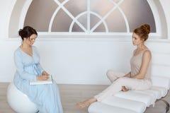 Psycholoog die zitting met haar patiënt in bureau hebben royalty-vrije stock foto's