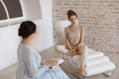 Psycholoog die zitting met haar patiënt in bureau hebben stock foto