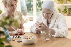 Psycholoog en geduldige zitting samen bij een lijst in een nursin stock afbeeldingen