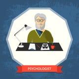Psycholoog met glazen bij zijn werkruimte Stock Afbeelding