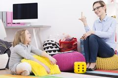 Psychoterapeuta nauczania dziewczyna liczyć Obrazy Royalty Free