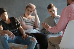 Psychoterapeuta wspiera trudnych nastolatków podczas grupowego ther obraz stock