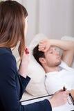 Psychotherapeut, der über Probleme hört Stockfoto