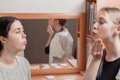 Psychotherapist onderwijst de patiënt om het geluid van woorden correct uit te spreken royalty-vrije stock afbeelding