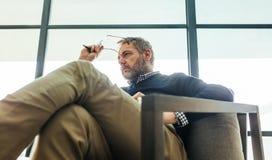 Psychotherapist que senta-se na cadeira do braço em seu escritório fotos de stock royalty free