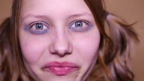 Psychotienermeisje met een vuile make-up Sluit omhoog 4k UHD stock video