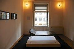 Psykoanalyssoffa i det Sigmund Freud museet i Wien arkivfoton