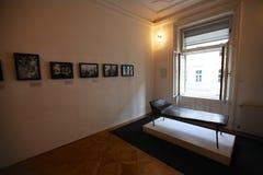 Psykoanalyssoffa i det Sigmund Freud museet i Wien arkivfoto
