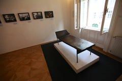 Psykoanalyssoffa i det Sigmund Freud museet i Wien fotografering för bildbyråer