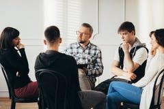 Psykolog som arbetar med hemfallna tonåringar under rehab i mentalt sjukhus royaltyfria foton